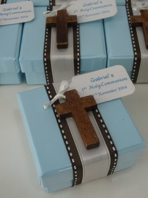 Bombonierie-gifts-blue-boxes-ribbon-5-sugar-almonds-inside-and-cross
